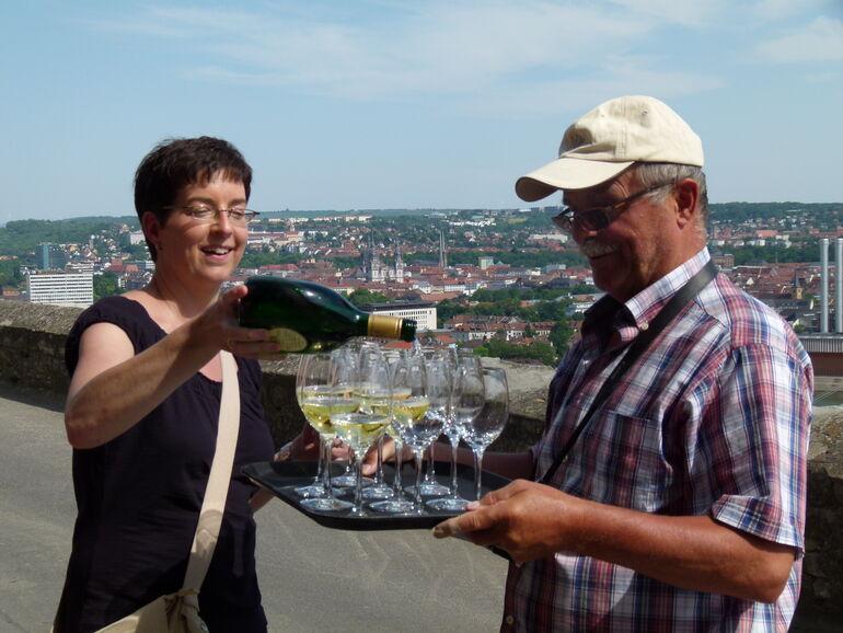 Foto: Martina Reis bei Führung am  Stein-Wein-Pfad