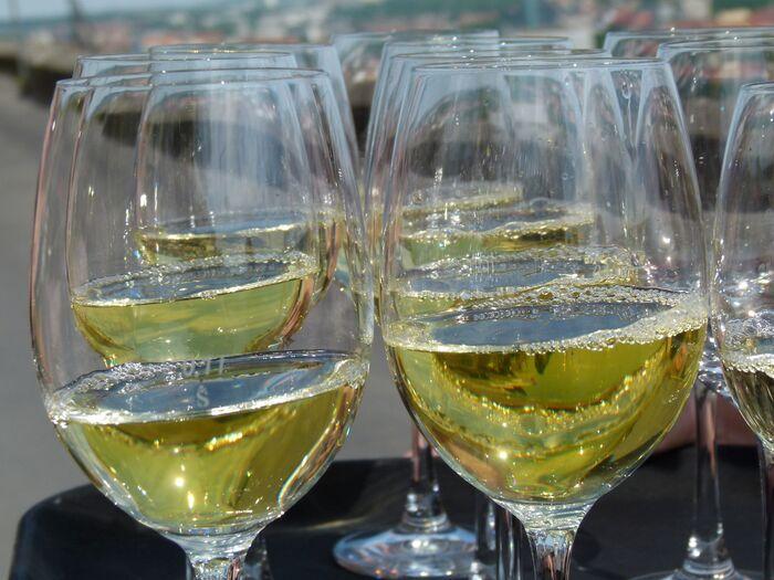 Foto: Weingläser mit Weißwein (c) Weingut Reiss